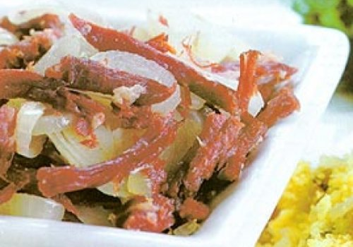 Carne-seca com couve-manteiga e farofa de milho