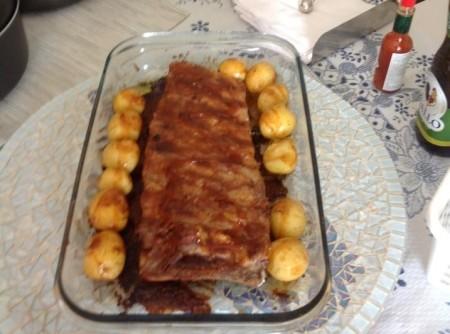 Costelinha de porco ao molho barbecue com batatas pirulito