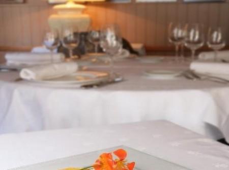 Gâteau de Comté, salade de poivron rouge mariné à la livèche