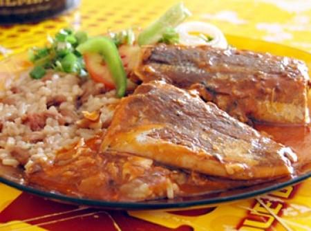 Baião de dois com sardinha ao molho de tomate