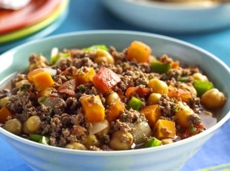 Ensopado de carne moída com grão-de-bico e legumes