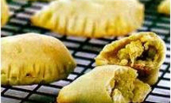 Pastel assado com frango e curry