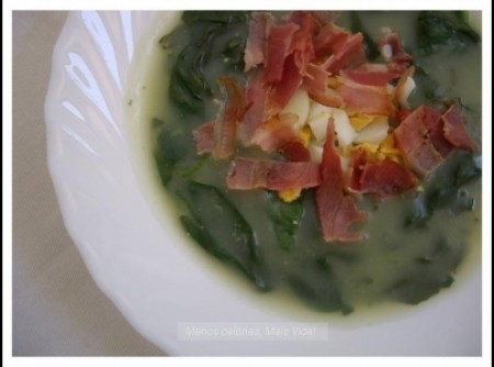 Sopa de espinafre, bacon e batatas