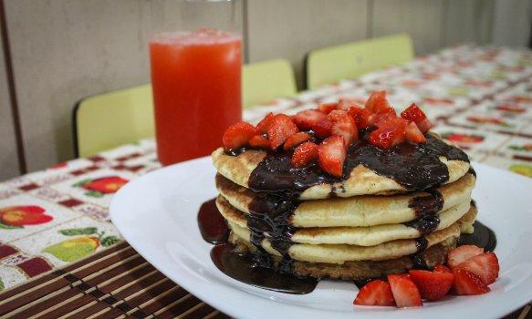 Pancakes com Calda de Chocolate e Morangos