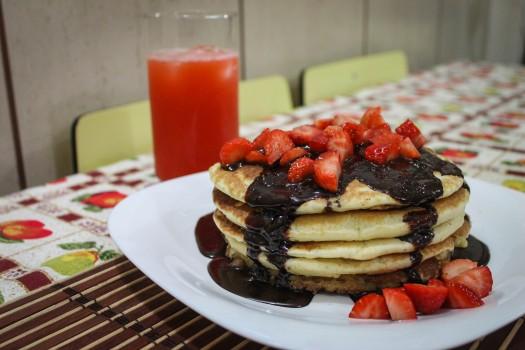 Pancakes com Calda de Chocolate e Morangos | Rafael Andriotti Sevaio