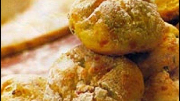 Pãozinho de mandioca com lingüiça