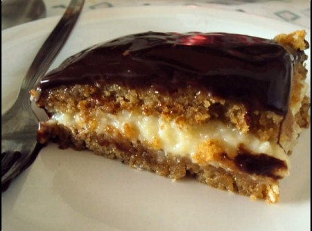 Bolo de Doce de Leite com Coco e Calda de Chocolate