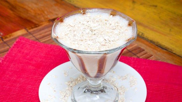 Vitamina de frapê de coco e ameixa