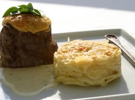 File Mignon com Crosta de Parmesão Molho Blue Cheese e Gateau de Batata
