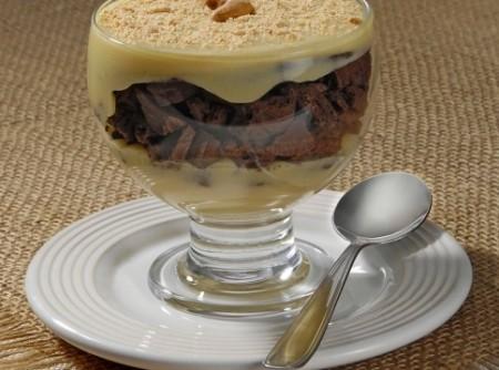 Creme de maracujá com biscoito de chocolate