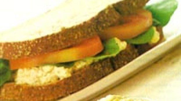 Sanduíche integral com ricota e rúcula