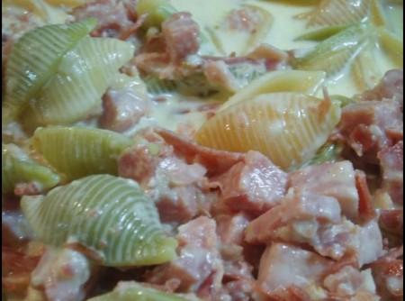 Fettuccini com bacon, fiambre e cogomelos