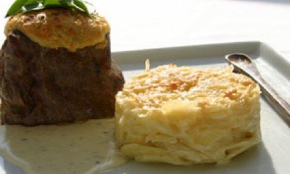 Filet Mignon com Crosta de Parmesão, Molho Blue Cheese e Gateau de Batata