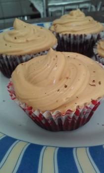 Cupcake de Chocolate com Recheio e Cobertura de Doce de Leite
