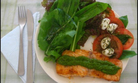 Salmão ao pesto e salada capestre