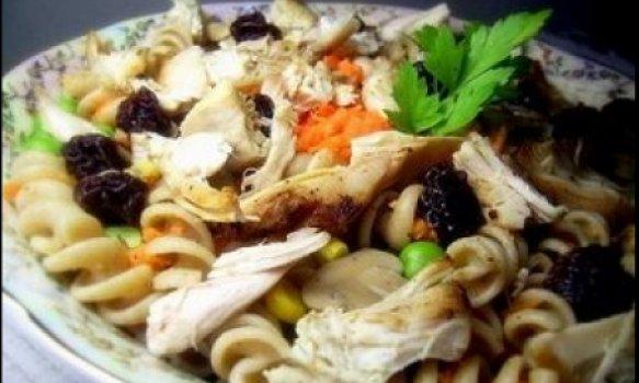 Deliciosa salada de massa com vegetais e frango