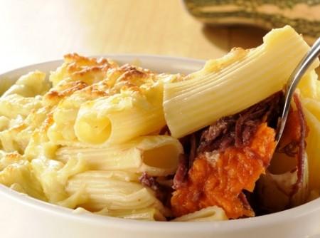 Gratinado nordestino com macarrão, abóbora e carne-seca