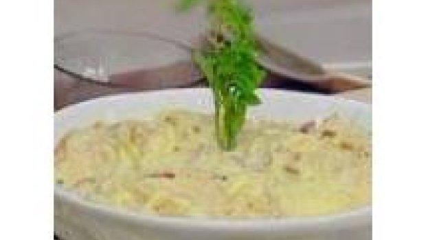 Espaguete com creme de cebolas