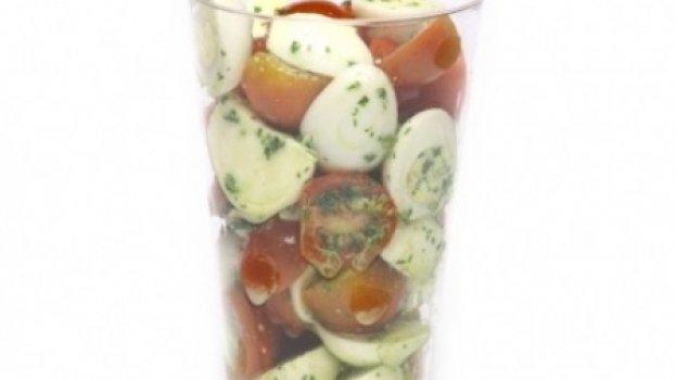 Salada caprese com ovinhos de codorna para crianças