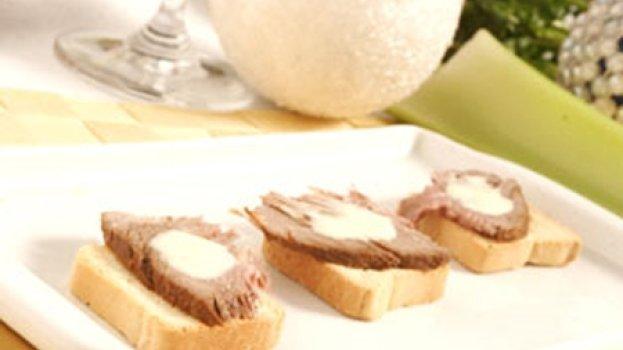 Canapés de rosbife ao molho de queijo