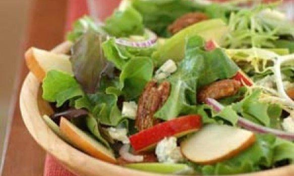 Salada de figos e maçãs ao molho de iogurte e balsâmico