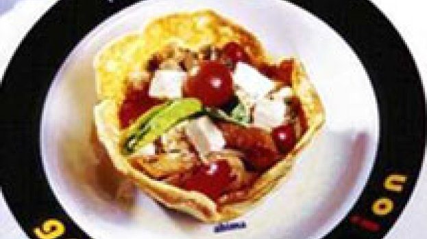 Salada de Penne Tricolor em Cesta de Provolone