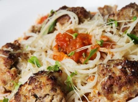 Almôndegas de cabrito com molho ao sugo e espaguete de quinoa