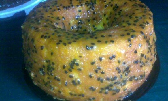 Bolo de laranja e cenoura com cobertura de maracujá