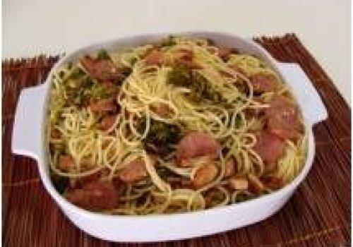 Espaguetinho ao Alho e Óleo com brócolis e Calabresa