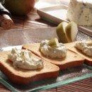 Torradas ao mousse de gorgonzola com pêras