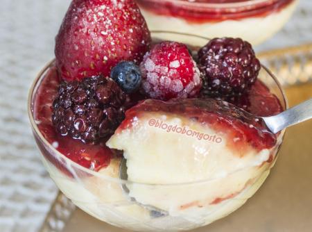 Pudim com Frutas Vermelhas de Microondas