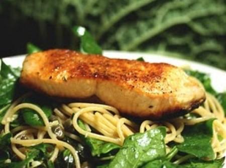 Spaghetti integral com Salmão e Espinafre