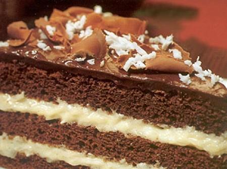 Bolo de Chocolate, com Recheio Cremoso de Coco e Cobertura de Chocolate Meio Amargo