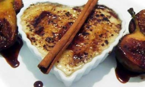 Creme de tapioca brûlée com figos grelhados e redução de mel e vinho do porto