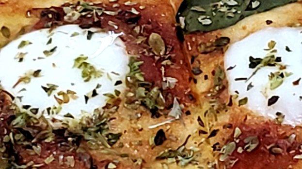 Pizza Napolitana de Mussarela de Búfala com Manjericão