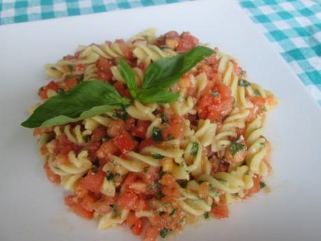 Salada de Fusilli com Tomate e Manjericão