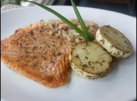Salmão grelhado com pupunha na manteiga e farofa de pinhão