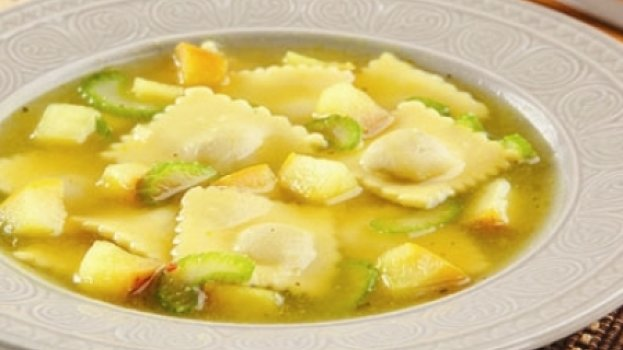 Sopa de Ravioli de frango com salsão e maçã