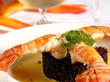 Cauda de lagosta com arroz negro e açafrão