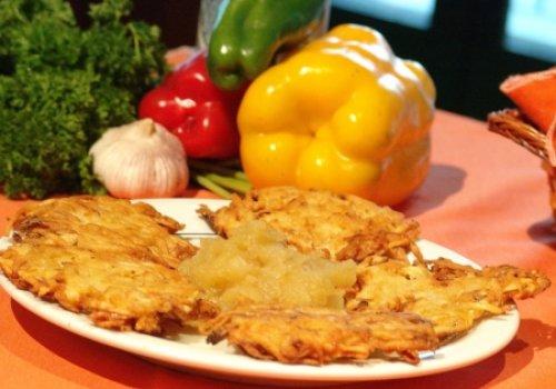 Kartoffelpuffer (Panqueca de Batata com Compota de Maçã)