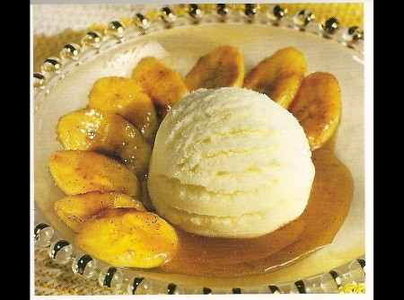 Banana em Calda Caramelada de Cardamomo e Maracujá com Sorvete de Creme