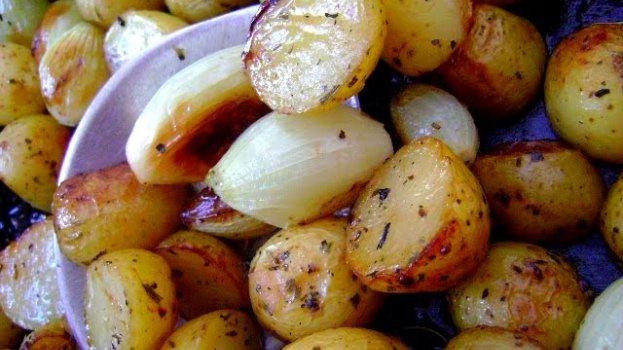 Mini Batatas e Cebolas Assadas com Alecrim
