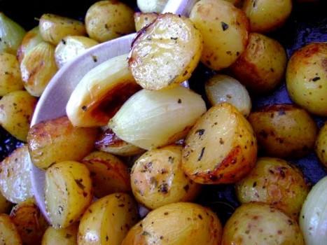 Mini Batatas e Cebolas Assadas com Alecrim | CyberCook