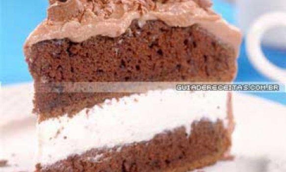 Bolo de chocolate com recheio de chantilly