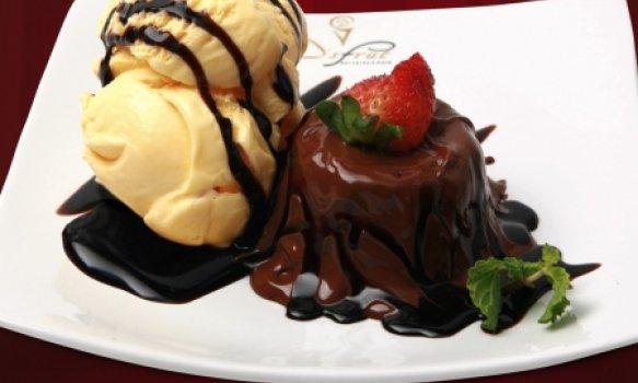 Petit Gateau de Chocolate com Calda de Morango