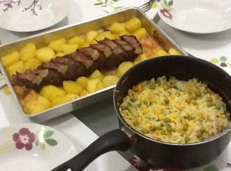 Rocambole de carne com batatas douradas