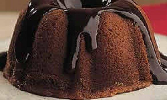 Minibolo de mel com calda de chocolate