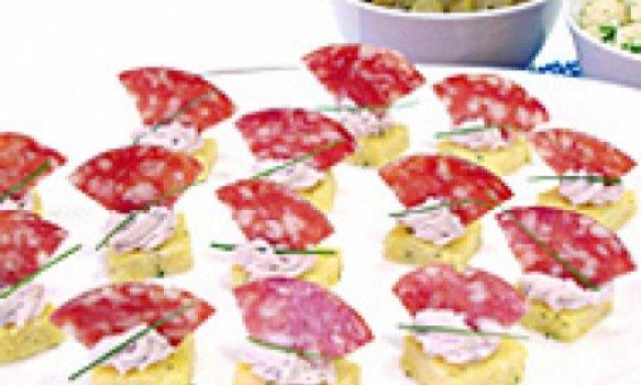 Canapés de polenta e salame