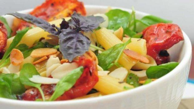 Salada Morna de Penne, Rúcula e Tomate Seco
