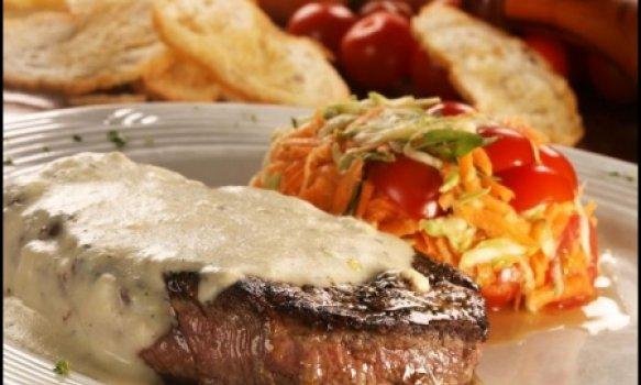 Filé Mignon ao Gorgonzola com Salada